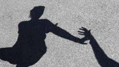 Schatten von männlicher Hand, die nach einer Frau greift