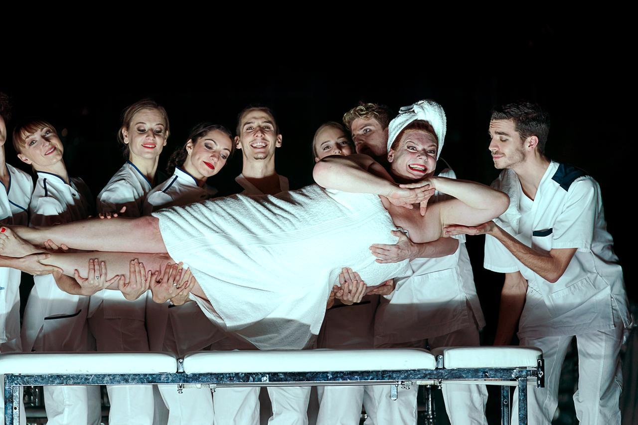 Marcel Beekman (Platée), TänzerInnenensemble: Anna Possarnig, Anna Konopska, Amanda Mitrevski, Felix Schnabel, Nikola Majtanova, Thomas Riess, Johann Ebert.