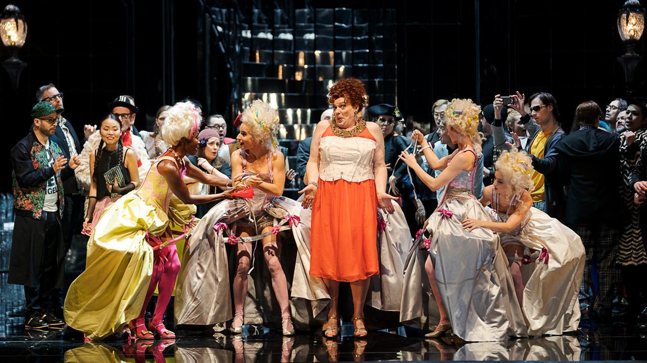Jeanine De Bique (La Folie), Marcel Beekman (Platée), Arnold Schoenberg Chor,